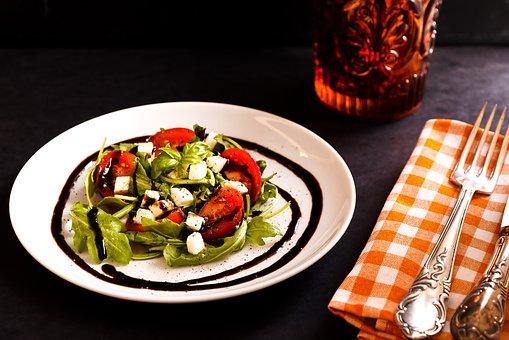 Banadura Salata B'Kizbara (insalata di pomodoro e coriandolo) decorato con aceto balsamico su piatto in ceramica