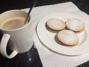 biscotti ripieni di marmellata di latte serviti con una tazza di submarino