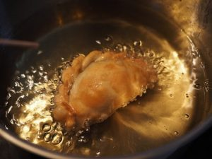Pasticcio in cottura su una padella con olio a friggere