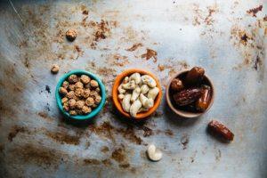 Datteri e noci pronte per essere mescolate in un piatto tipico algerino