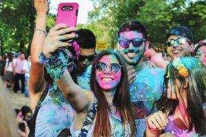 Giovani argentini si fanno un selfie durante una color run in una delle tipiche feste argentine