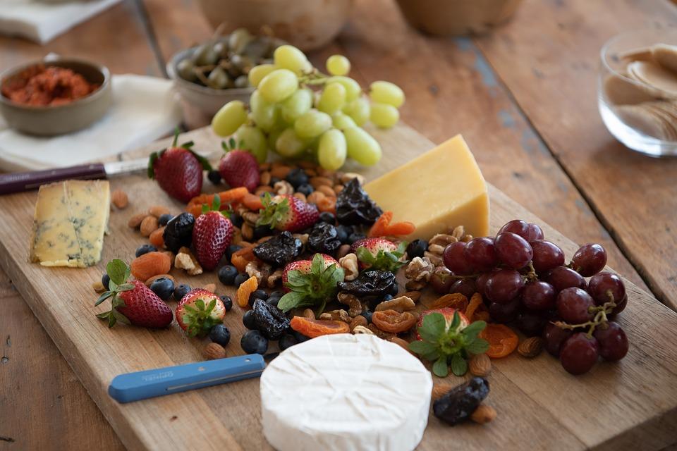 Macadamia e snack alla frutta con noci, frutta fresca, frutta secca e formaggi