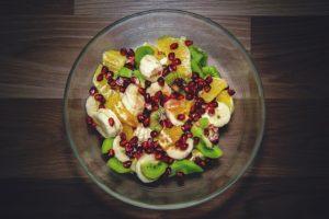 Insalata di banane e ananas