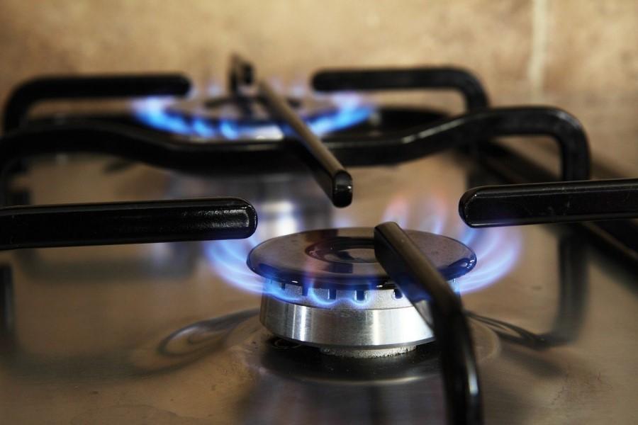 fornello acceso a fuoco lento