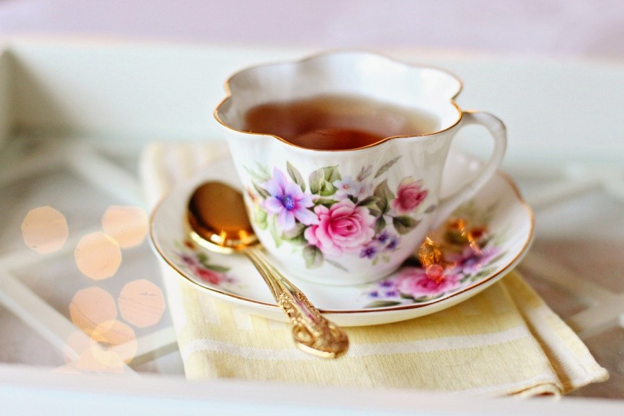 tazza di te con disegno a fiori