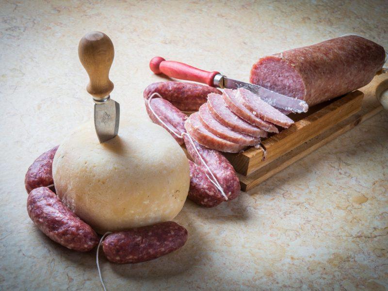 ciauscolo salame di fegato e forma di formaggio marchigiani