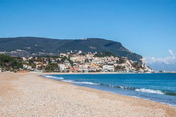 La parte orientale delle Marche vanta bellissime spiagge e acque turchesi