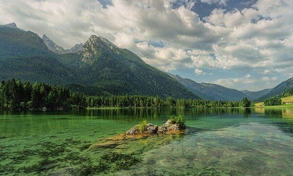 Nell'entroterra ci sono laghi incontaminati che hanno come scorcio le montagne